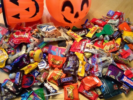 2014-10-22-halloweencandyonkitchentable